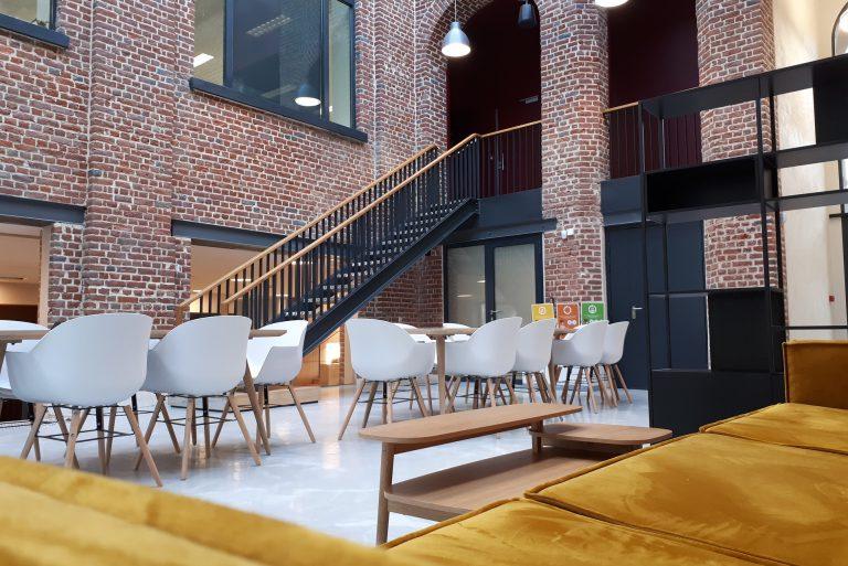 Espace détente vide avec chaises tables et canapé