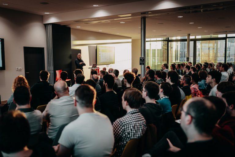 Groupe de personnes assis qui assistent à une conférence