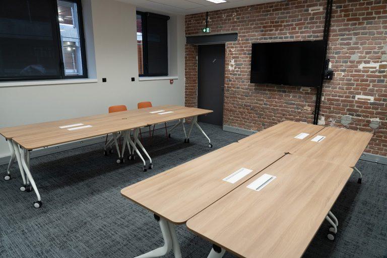 Salle de réunino avec plusieurs tables