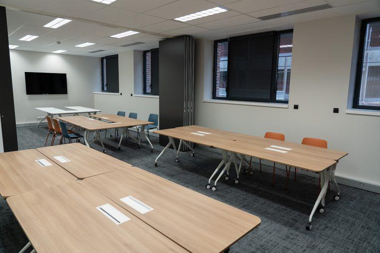 Salle avec plusieurs tables