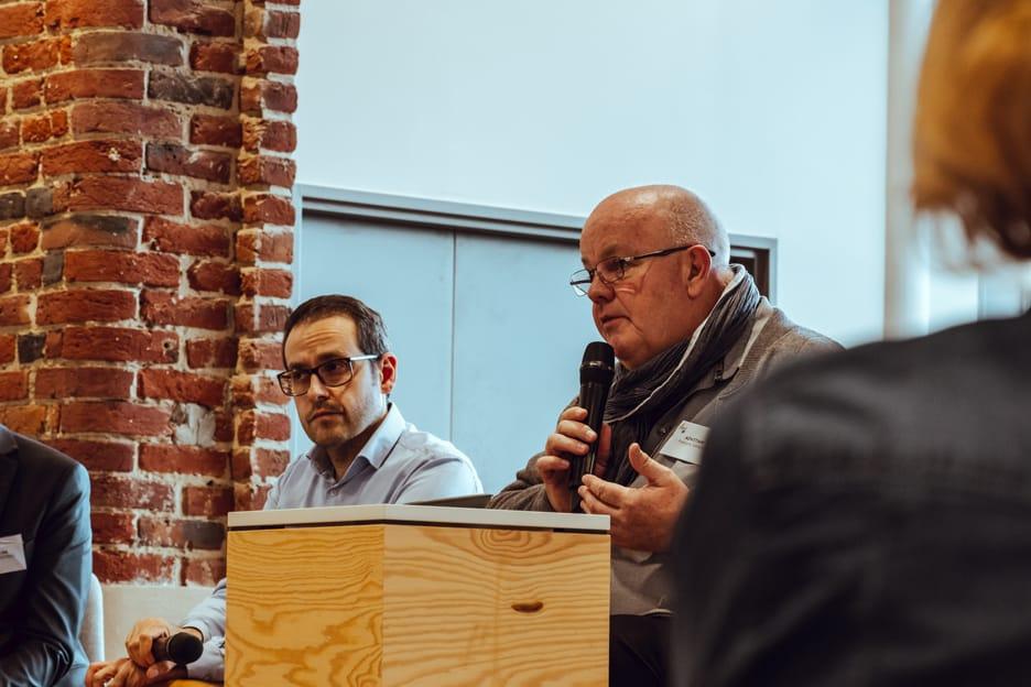 Francois Sance d'Advitam parle au micro avec Sergio Cocco